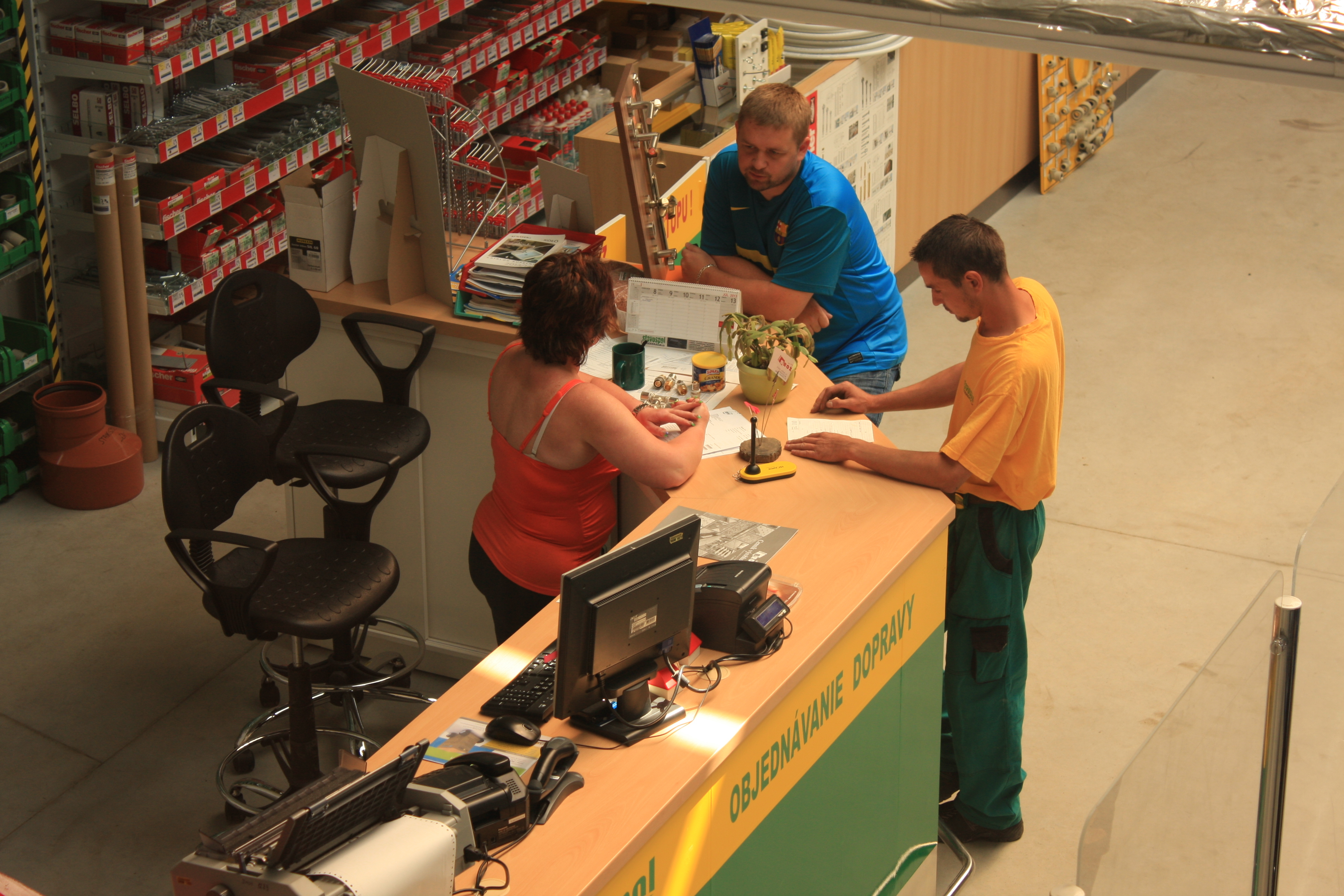 Naši zamestnanci pri práci so zákazníkom